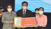 Chủ tịch Ủy ban MTTQ Việt Nam TPHCM Tô Thị Bích Châu tiếp nhận bảng tượng trưng ủng hộ từ Ngân hàng TMCP Việt Nam Thịnh Vượng