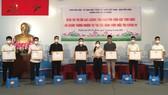 Phó Chủ tịch Ủy ban MTTQ Việt Nam TPHCM Phan Kiều Thanh Hương trao biểu dương và tặng quà các tình nguyện viên