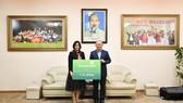 Ông Park Hang Seo, Huấn luyện viên trưởng, Đại diện đội tuyển bóng đá U23 nhận 1 tỷ đồng do Vietcombank tặng