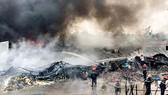 Đám cháy dữ dội tại cơ sở Song Đất. Ảnh: CHÍ THẠCH