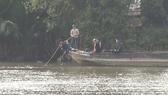 Lực lượng chức năng tiến hành tìm kiếm thi thể nam thanh niên mất tích. Ảnh: ĐAN NGUYÊN