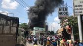 Cột khói từ vụ cháy bốc cao hàng chục mét. Ảnh: ĐAN NGUYÊN