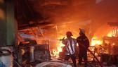 Hàng trăm chiến sĩ PCCC tham gia chữa cháy tại hiện trường. Ảnh: CHÍ THẠCH