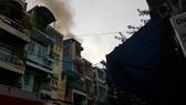 Căn nhà 4 tầng bốc cháy dữ dội, nhiều nhân viên chạy tán loạn