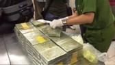 218 bánh heroin thu giữ. Ảnh: CHÍ THẠCH