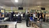 Hành khách làm thủ tục ở sân bay quốc tế Tân Sơn Nhất