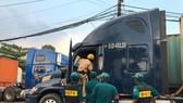 Lực lương chức năng kiểm tra tài xế, phụ xe container và phương tiện ở khu vực quận Thủ Đức