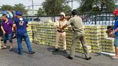 Người dân cùng CSGT dọn hàng trăm thùng nước ngọt giúp tài xế. Ảnh: CHÍ THẠCH