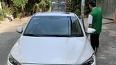 Anh Đ. điều khiển xe ô tô tới quán cà phê thì bị cướp túi xách chứa gần 1 tỷ đồng. Ảnh: C.T