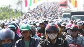 Người dân từ miền Tây đổ về TPHCM sau tết, quốc lộ 1A kẹt xe kinh hoàng hàng km