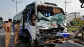 Xe khách tông đuôi xe container, nhiều người bị thương
