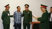 Cơ quan Điều tra hình sự Bộ Quốc phòng thông báo và tống đạt các quyết định tố tụng đối với bị can Hùng. Ảnh: BQP