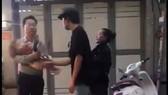 """Thẩm phán, giảng viên bị tố """"bắt"""" 3 cháu nhỏ từ trong căn nhà 29 Nguyễn Bỉnh Khiêm (quận 1) - ảnh cắt từ clip"""