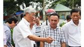 Ông Võ Văn Hoan, Phó chủ tịch UBND TPHCM cùng nhiều lãnh đạo khác đã có mặt ở khu vực vỡ bờ kè khảo sát, chỉ đạo khắc phục sự cố, thăm hỏi người dân. Ảnh: CHÍ THẠCH