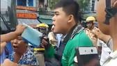 Nam thanh niên mặc áo GrabBike bị tài xế xe buýt dùng vật nhọn đâm gây thương tích