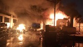 Khói lửa bốc cháy dữ dội tại Công ty Dragon Up.