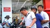 Thanh tra Công an TPHCM đưa bảo vệ dân phố Nguyễn Hoàng Minh về làm việc. Ảnh: PLO
