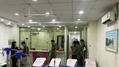 Công an tỉnh và Thanh tra Sở Y tế kiểm tra thực tế phía trong Phòng khám đa khoa Hồng Phúc.