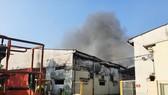 Gần 100 chiến sĩ tham gia chữa cháy ở khu xưởng rộng hơn 2.000m² ngày 28 Tết