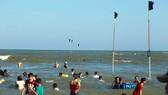 Du khách đổ về vùng biển Vũng Tàu để vui chơi trong ngày mùng 3, mùng 4 Tết. Ảnh: VŨ PHONG