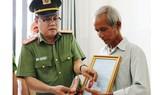 Thượng tá Huỳnh Tấn Lê trao quyết định thăng cấp bậc hàm trước niên hạn cho gia đình Thượng úy Nguyễn Phạm Thành Nhân