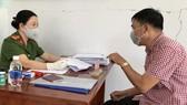 Một người dân được giải quyết đăng ký tạm trú tại Công an phường Thảo Điền vào chiều 20-3. Ảnh: KIỀU PHONG