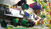 Hình ảnh vụ việc cắt từ camera an ninh của cửa hàng