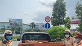 Phát hiện xe ô tô chở 10.000 cái khẩu trang y tế không rõ nguồn gốc xuất xứ ở sân bay Tân Sơn Nhất. Ảnh: CA