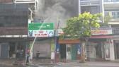 Ngọn lửa kèm khói đen bốc cao hàng chục mét