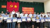 Người dân nhận tiền giải phóng mặt bằng dự án Sân bay Long Thành. Ảnh: VŨ PHONG