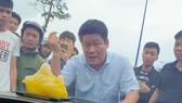 Hình ảnh Nguyễn Tấn Lương và nhóm giang hồ vây xe công an gây xôn xao dư luận ở tỉnh Đồng Nai, vào tháng 6-2019.