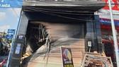 Lực lượng chức năng dùng xe thang giải cứu những người mắc kẹ trong căn nhà