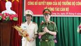 Thiếu tướng Nguyễn Duy Ngọc - Thứ trưởng Bộ Công an tặng hoa chúc mừng Đại tá Lê Hồng Nam