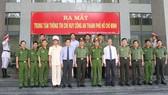 Các đồng chí lãnh đạo, đại biểu chụp hình lưu niệm tại buổi lễ ra mắt Trung tâm thông tin chỉ huy Công an TPHCM