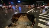 """""""Hố tử thần"""" xuất hiện trên đường phố sau cơn mưa lớn ở quận Gò Vấp"""