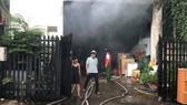 Ngọn lửa kèm khói đen bốc cao hàng chục mét. Ảnh: CHÍ THẠCH