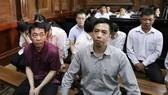 Bị cáo Nguyễn Minh Hùng (trái) và bị cáo Võ Mạnh Cường tại phiên xét xử trước đó. Ảnh: TTXVN