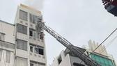 Lực lượng chức năng chữa cháy ở hiện trường.