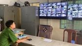 """Lực lượng Công an phường Tam Bình (quận Thủ Đức)  giám sát thông qua camera an ninh hay """"mắt thần"""" được gắn ở các tuyến đường. Ảnh: CHÍ THẠCH"""