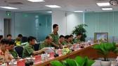 Thượng tá Thái Thanh Xuân – Trưởng phòng Tham mưu Công an TPHCM báo cáo tại buổi làm việc