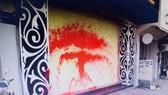 Hình ảnh căn nhà của gia đình anh Tuấn bị tạt sơn, chất bẩn