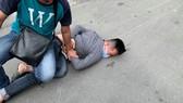 Công an nổ súng khống chế kẻ cướp trên đường phố