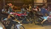 Hàng trăm quái xế tiếp tục đua xe gây náo loạn đoạn đường gần cầu Xáng huyện Bình Chánh. Ảnh: CHÍ THẠCH
