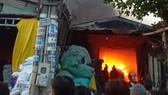 Cháy lớn tại 2 xưởng nhựa ở huyện Bình Chánh, khói đen bốc cao hàng chục mét