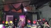 Lực lượng chữa cháy vựa thu mua phế liệu ở quận Bình Tân vào ngày tối ngày 24-2