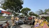CSGT TPHCM xử phạt nhiều xe cũ nát, xe tự chế trong ngày đầu cao điểm. Ảnh: CHÍ THẠCH