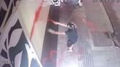 Camera ghi lại cảnh 1 vụ tạt sơn đòi nợ