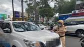 Công an TPHCM xử phạt nguội 1 xe ô tô đậu đỗ sai quy định. Ảnh: CHÍ THẠCH