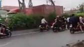 """Hình ảnh hàng trăm """"quái xế"""" lại chặn quốc lộ 22, huyện Hóc Môn để đua xe"""