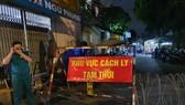 Phong tỏa con hẻm đường Quang Trung do có ca nghi mắc Covid-19. Ảnh: CHÂU TRỊNH